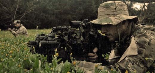 Un airsofteur en pleine action avec sa réplique de fusil d'assaut