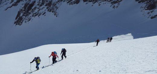 Photo d'un groupe de skieurs en ski de randonnée