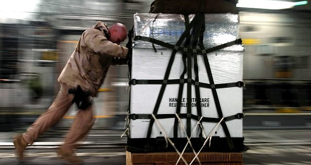 ouvrier poussant une cargaison